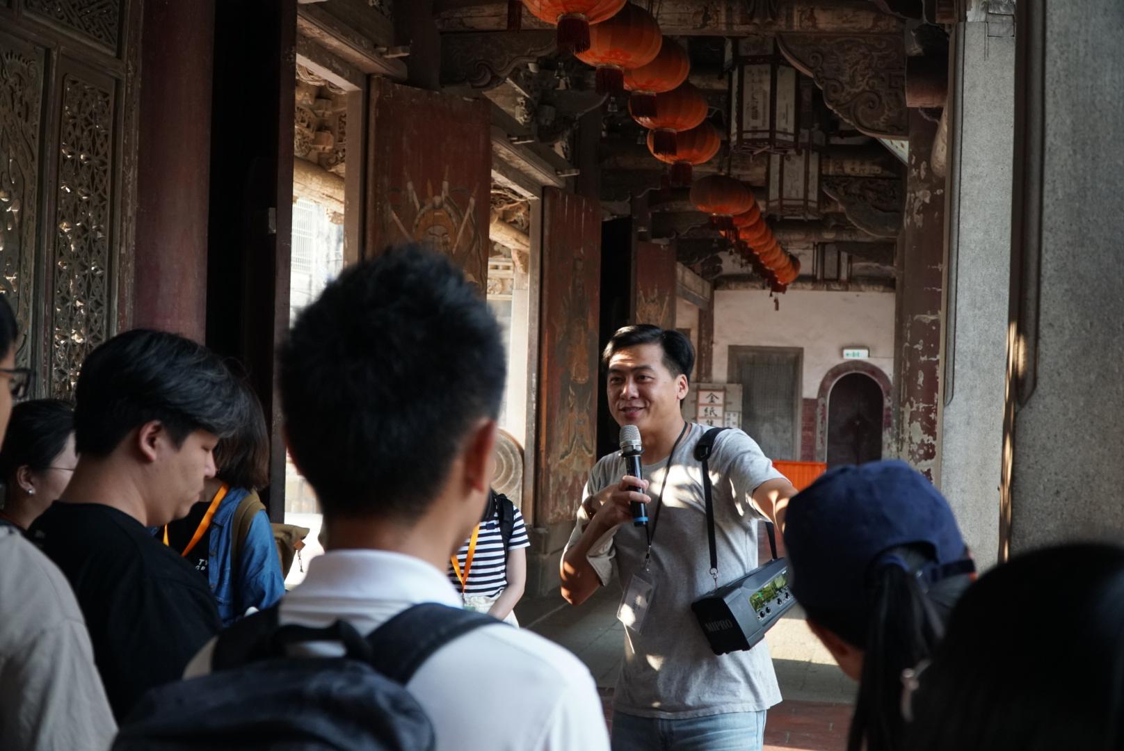 (圖五)張安儂分享龍山寺的建築特色,以及在龍山寺設劇場的原因。