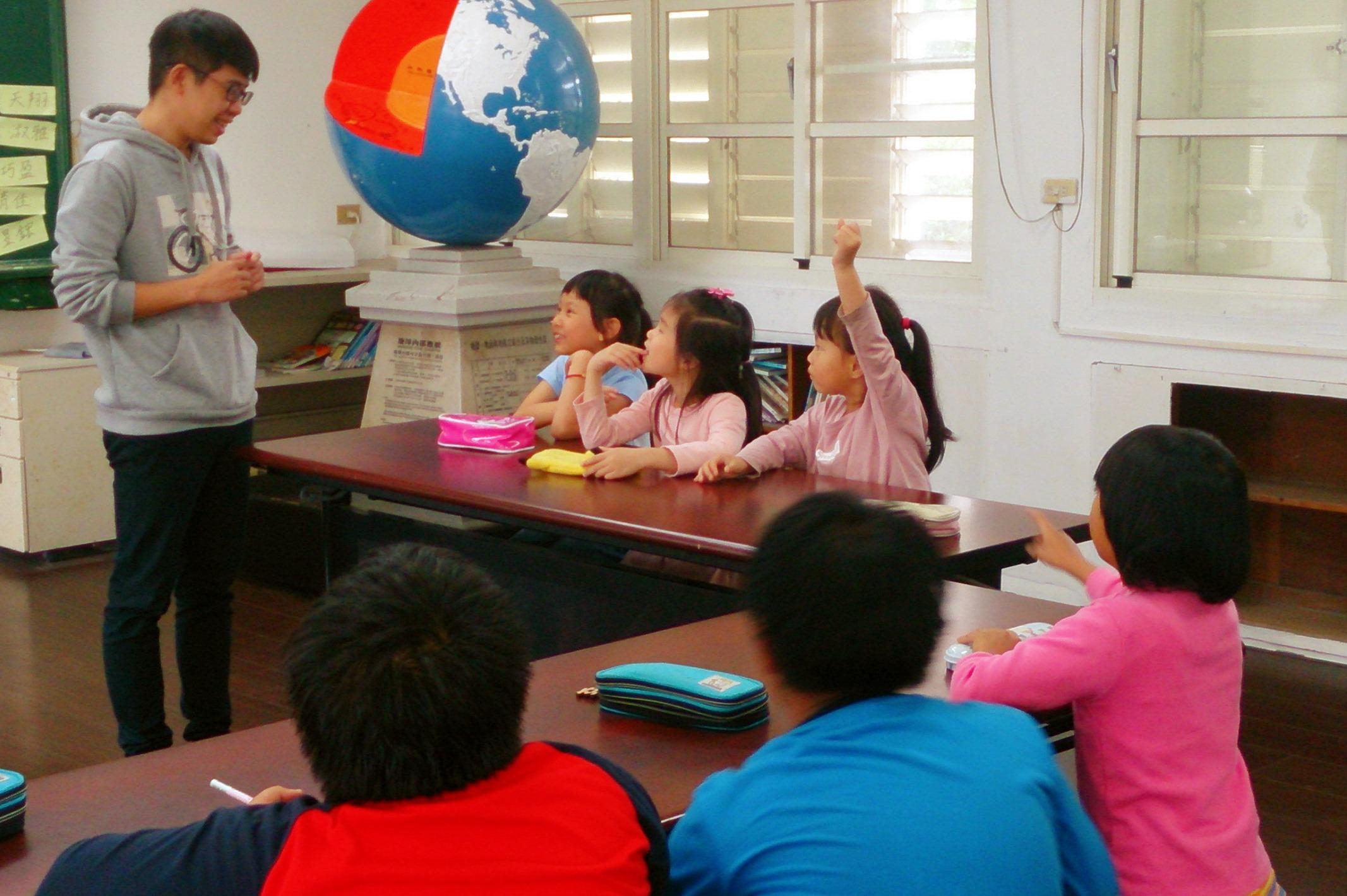 林冠傑教學時,經常提醒學生,先聽、思考,不要急著反駁,真的有問題再舉手發問。