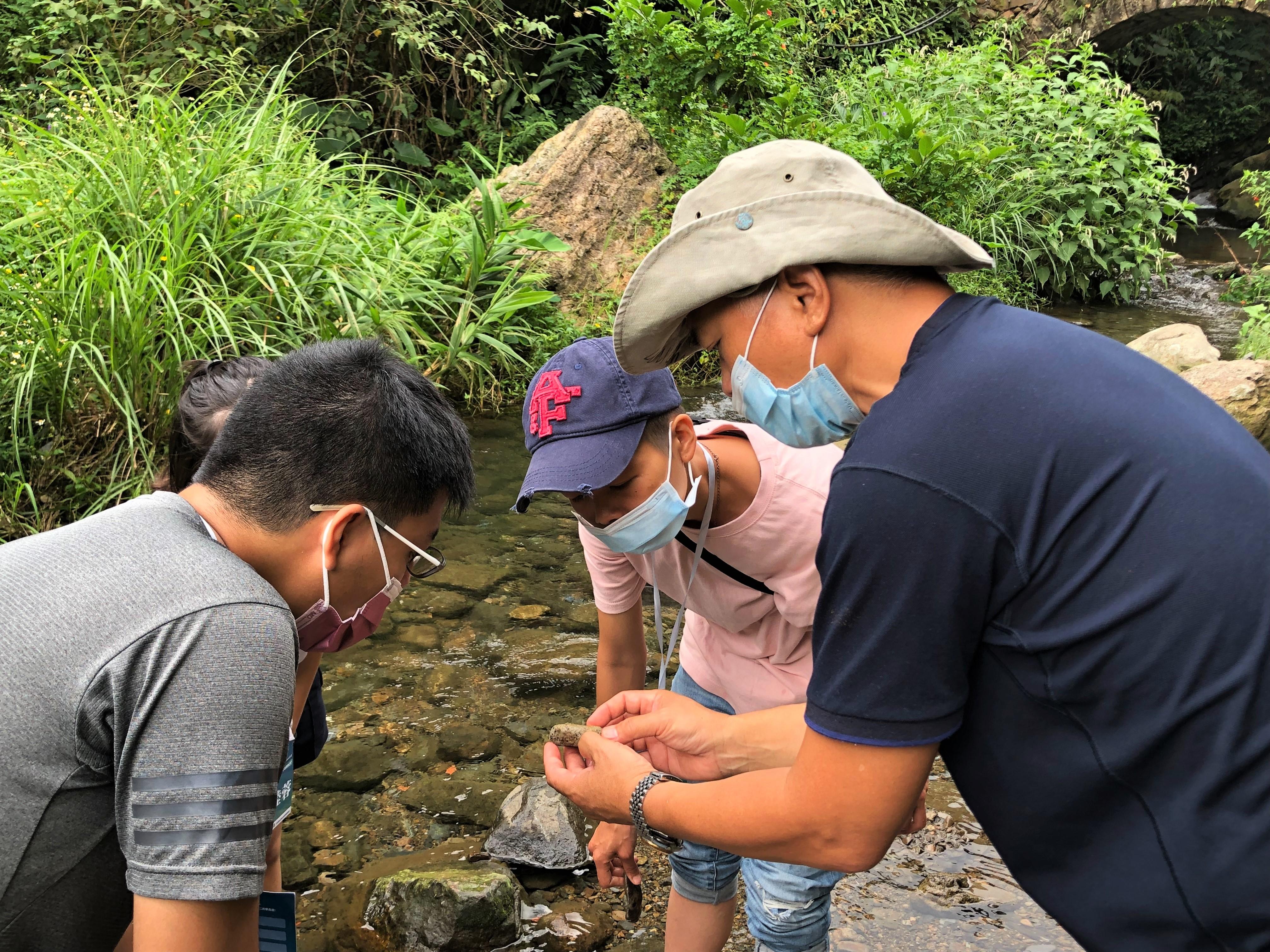 圖四:在地老師朝潭大哥向學員講解溪邊的礦石成分。(攝影:陳怡均)
