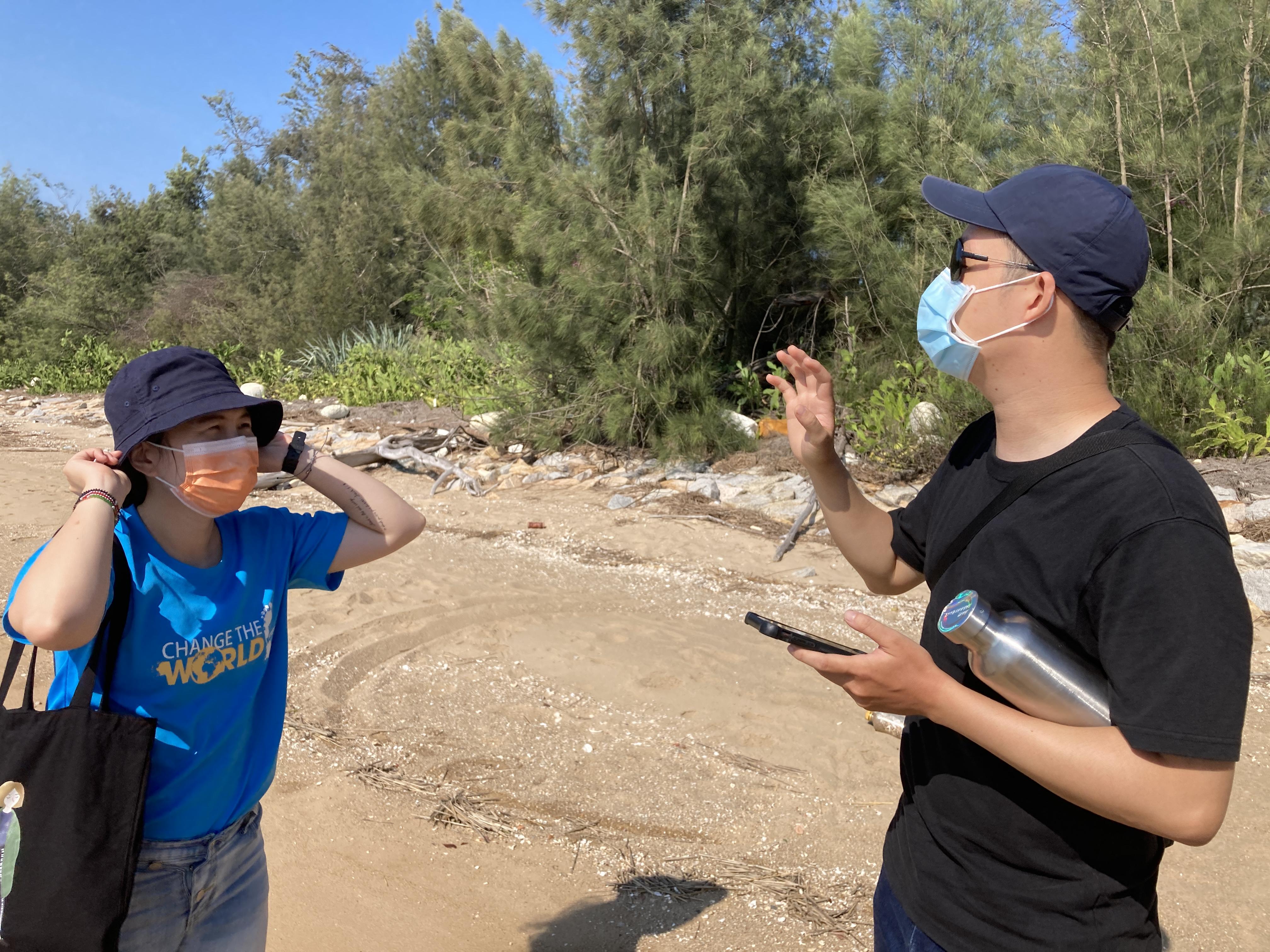 (圖二:花田戴著墨鏡,向我們講解選擇海灘的規則/攝影:宗洧)