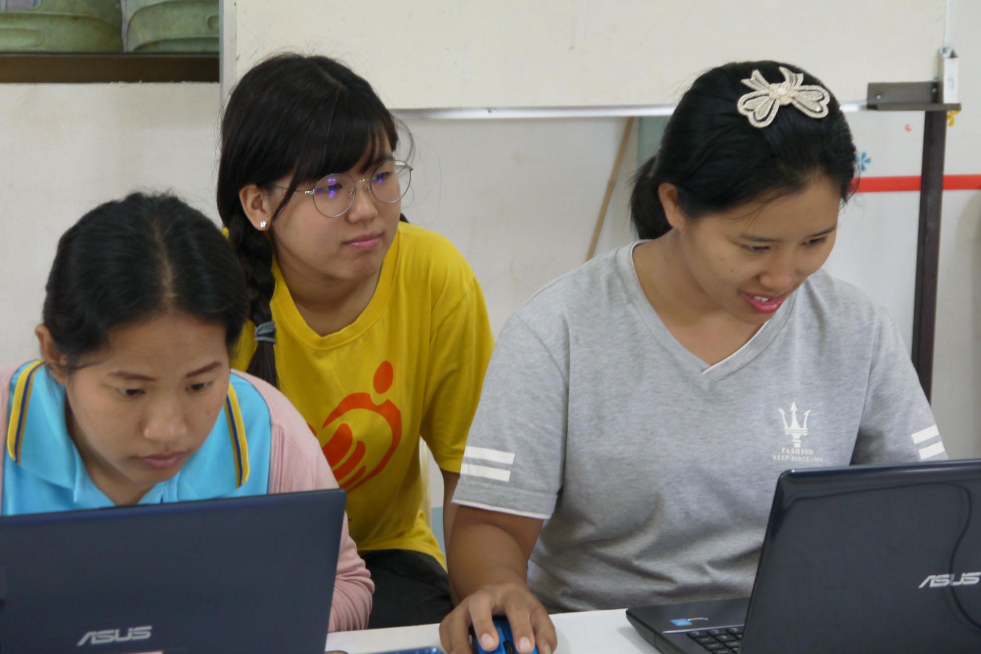 (圖一)宋彩綾坐在學員身旁,協助他們熟悉軟體使用