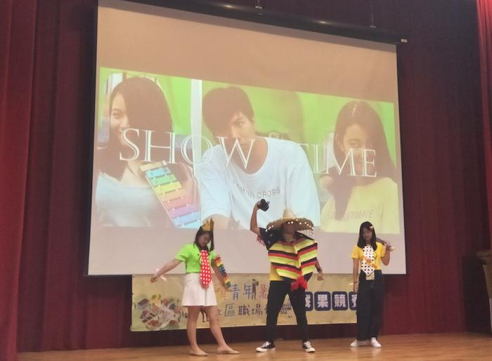 (圖一)社團法人台灣陽光婦女協會的暑期工讀學生們利用創意登台吸引眾人目光獲得社區公益組第一名