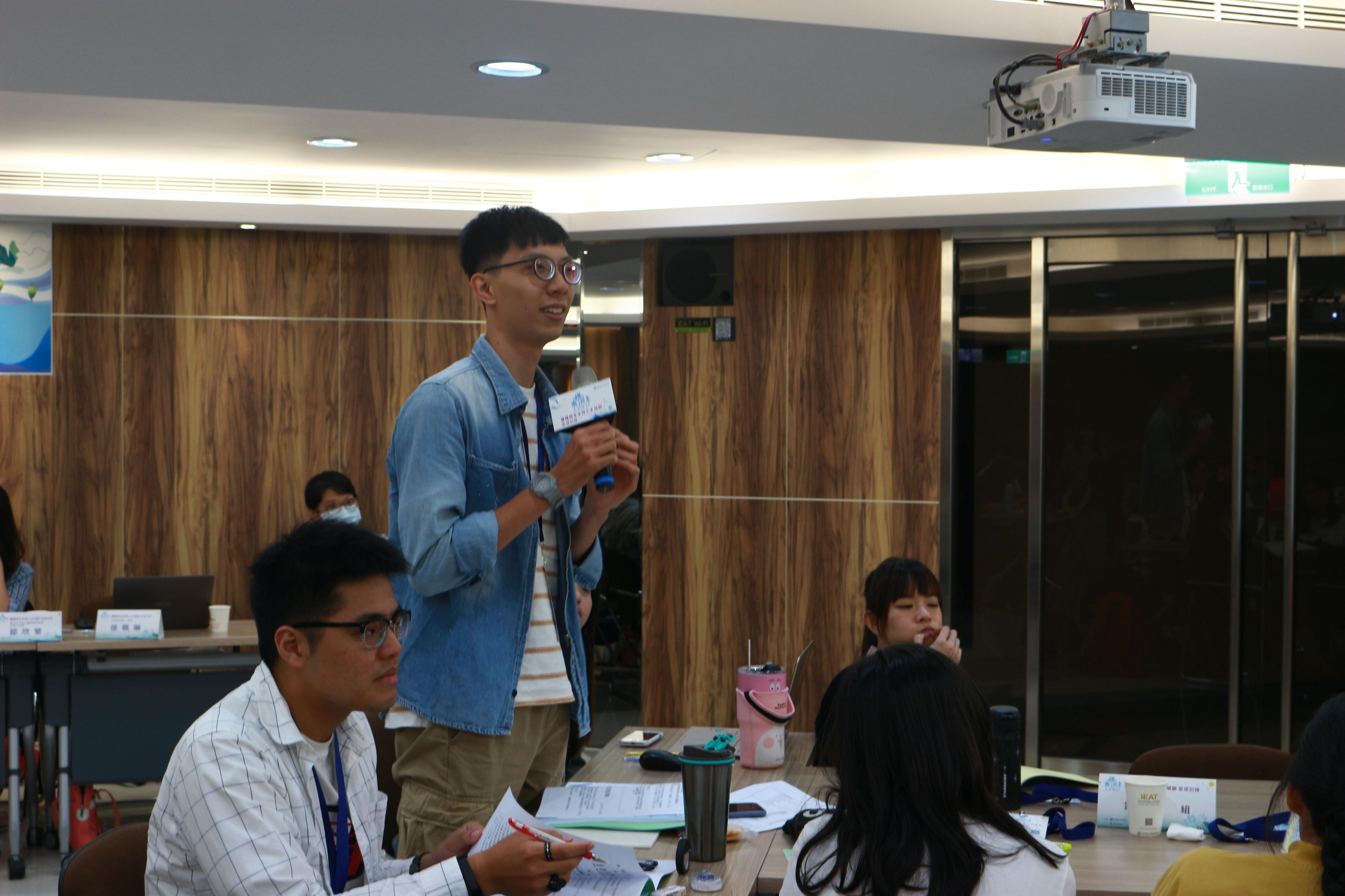 (圖二)來自臺南的學員在課程Q&A時間,向台上的講師踴躍發問,提出自己的想法。