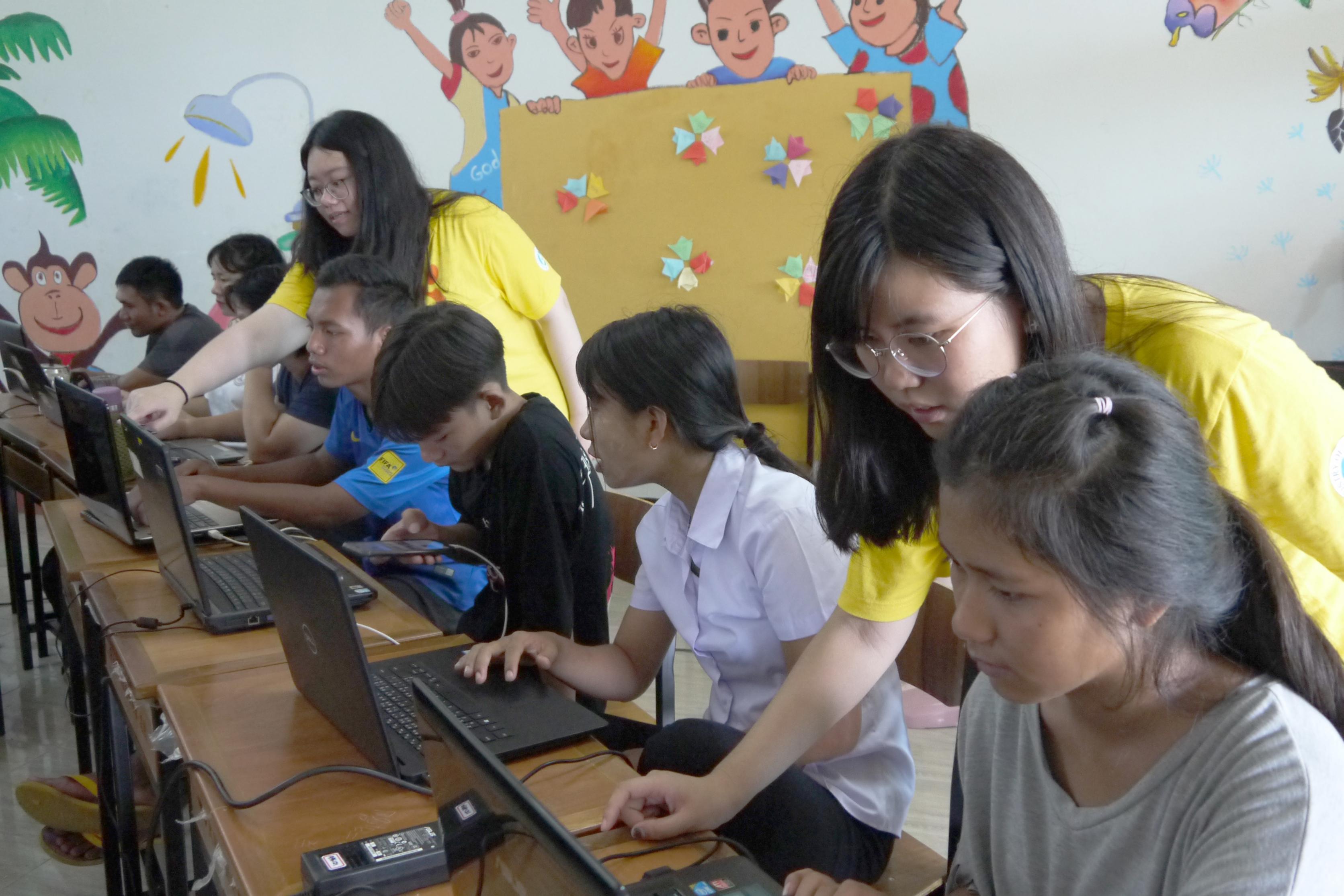 (圖三)宋彩綾與游蕋蔆細心教導當地學員如何操作電腦