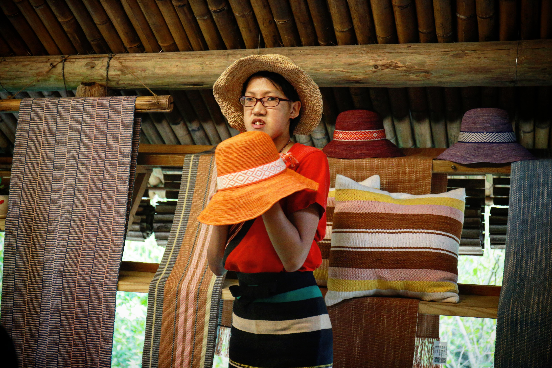 泰雅族少女拿著自己編織的帽子與學員分享製作過程。陳心慈攝影
