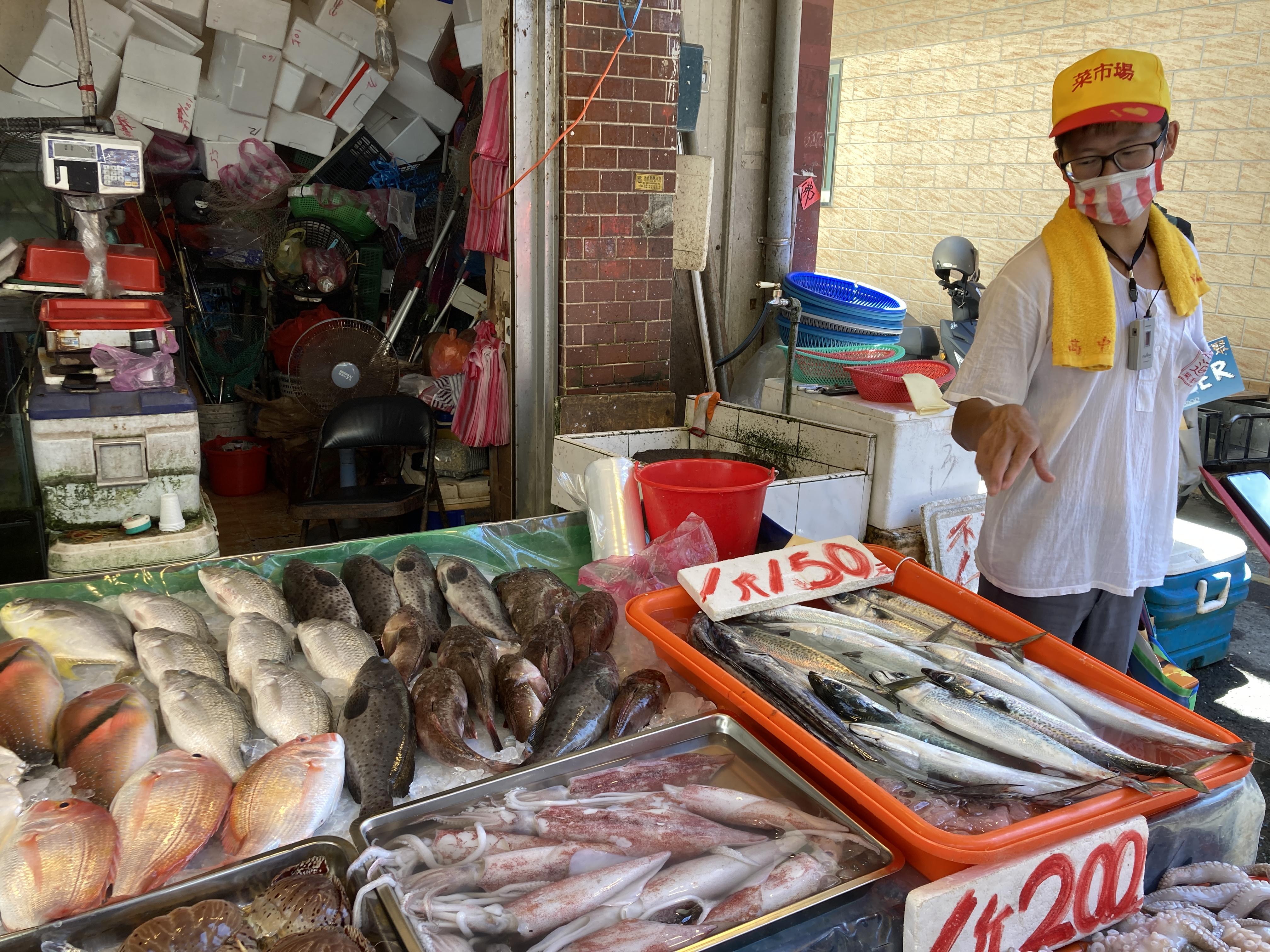 (圖三:子維為我們導覽魚販,順帶說了很多關於海洋的知識/攝影:宗洧)