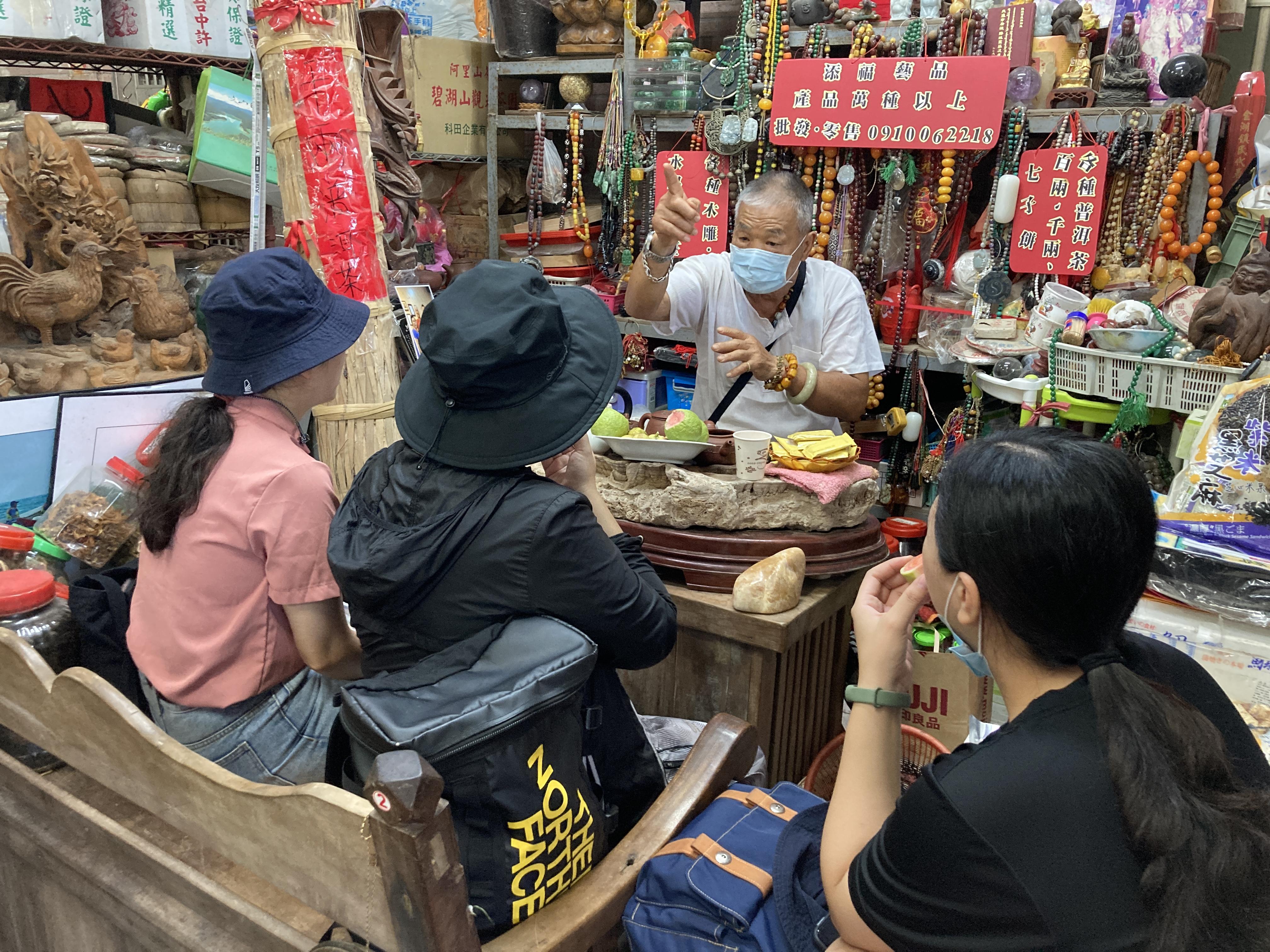 (圖七:理事長陳添福和我們分享「牽罟」的技藝與記憶/攝影:宗洧)