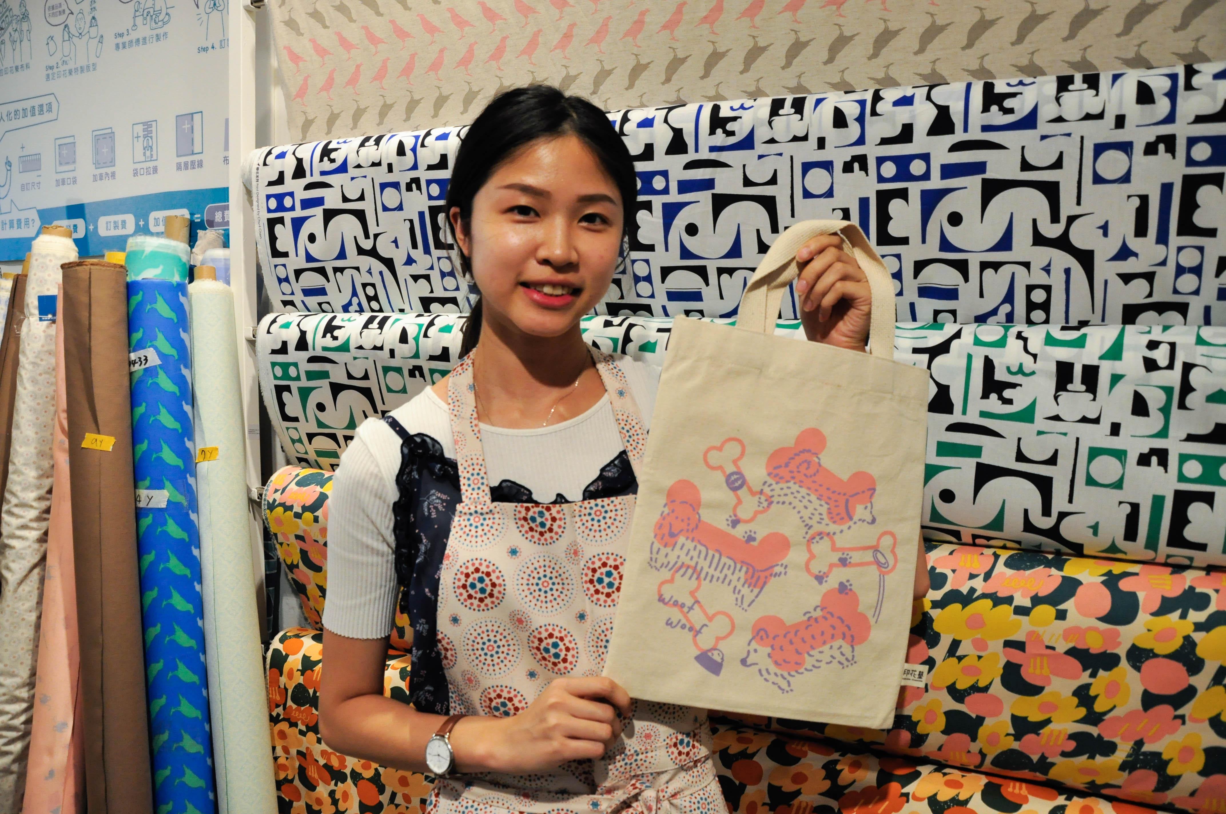 學員透過體驗課程完成絹印帆布袋。攝影/汪祐寧