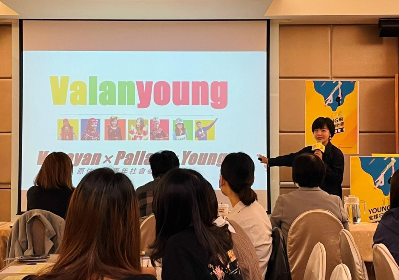 圖2:108年young飛「Valanyoung」團隊中,來自卑南族的古佩琪學姐今日特別前來和學弟妹分享young飛經驗。圖/黃婕攝