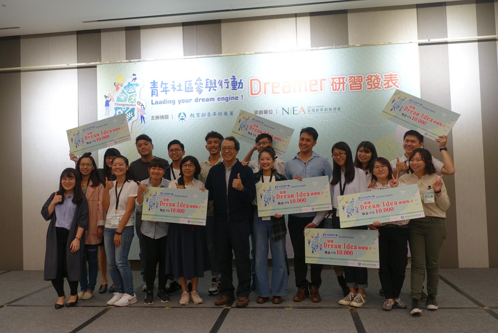 (圖ㄧ) 11組得獎者與教育部青年屬屬長共同合照。