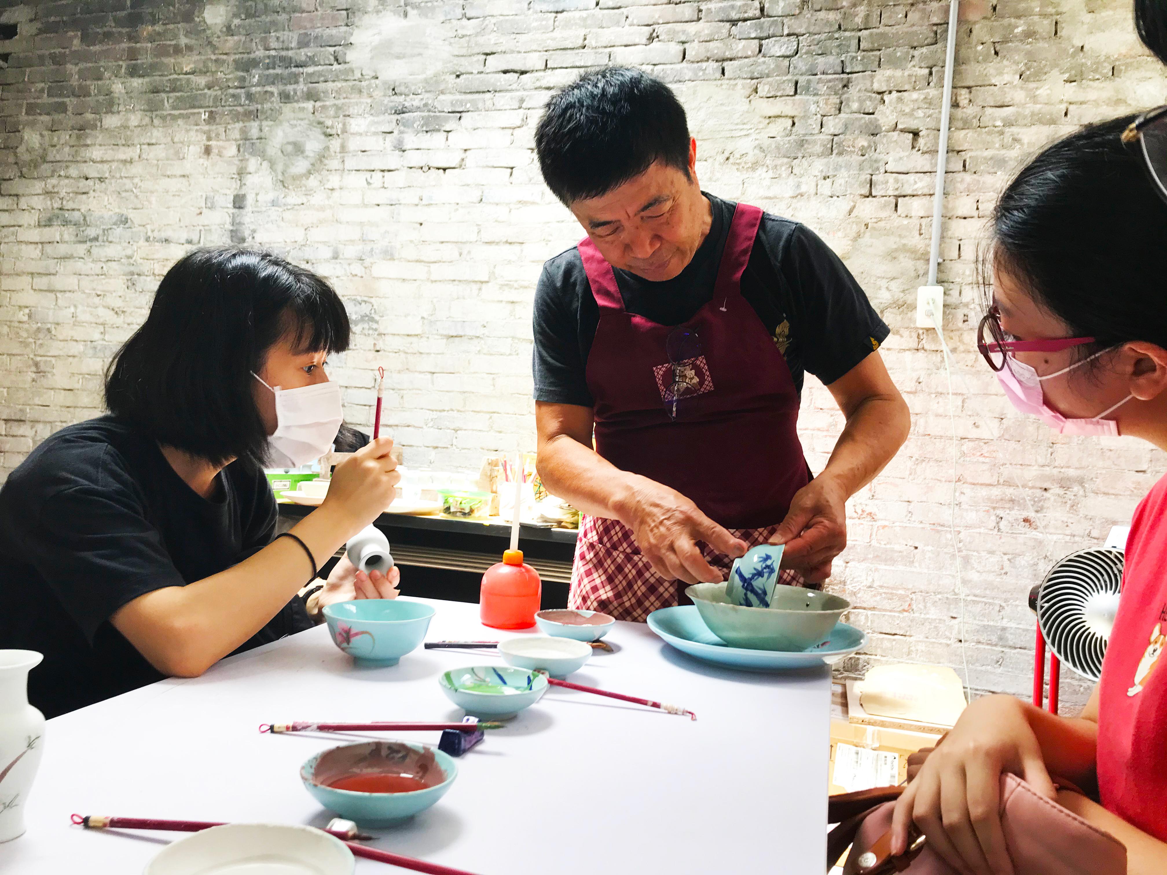 (圖四)黃世昌老師向參與活動的青年們講述傳統製陶過程。(劉宣廷/攝影)