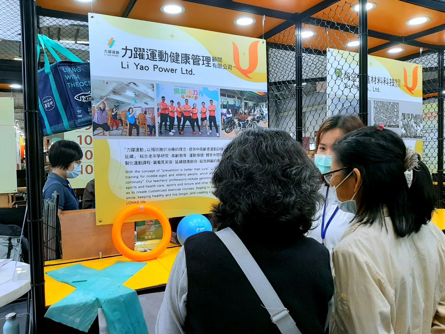 力躍運動健康管理顧問有限公司團隊成員黃智琪向民眾介紹運動保健的觀念。攝影/汪祐寧