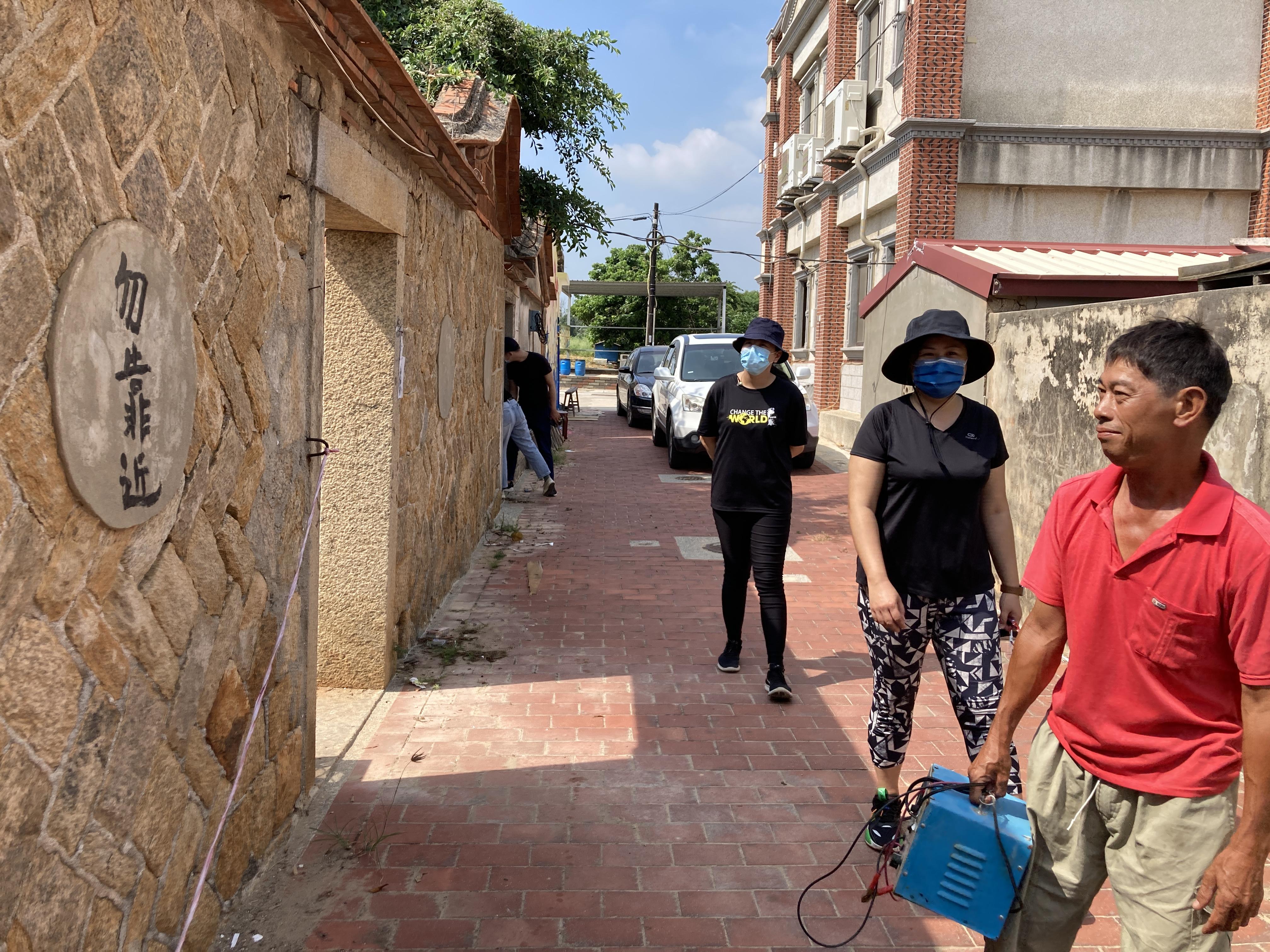 (圖六:大洋社區的伯伯帶著我們一行人參觀社區內的閩式建築/攝影:宗洧)