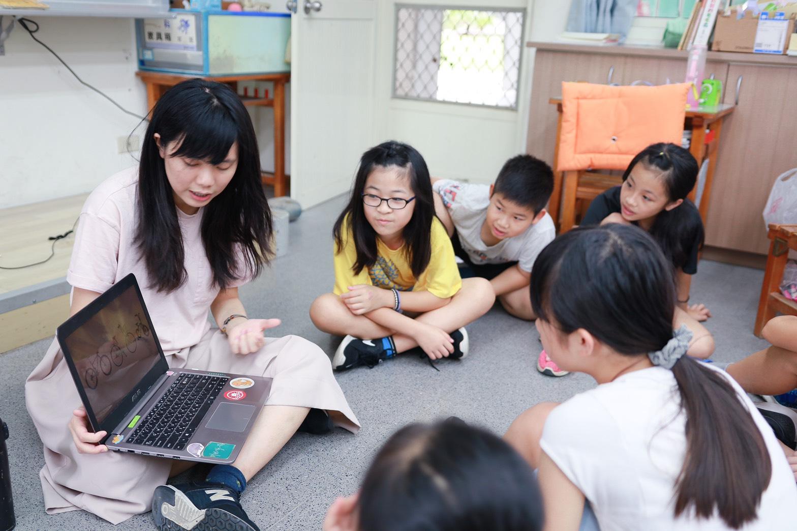 (圖二)團隊規劃教案,透過互動課程帶領偏鄉學生培養四大關鍵能力:計畫力、溝通力、情緒力及未來力。