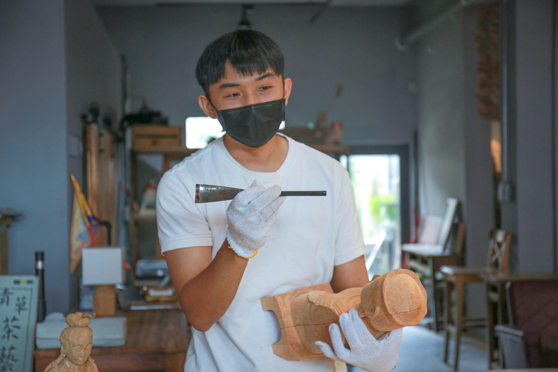 (陳鉦翰與學員介紹臺灣與日本雕刻工具,並示範如何使用。陳心慈攝影)